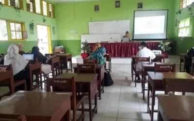 Kepala MTsN 3 Kota Padang Membedah 2 Buku Pedoman  Penilaian Kinerja Guru